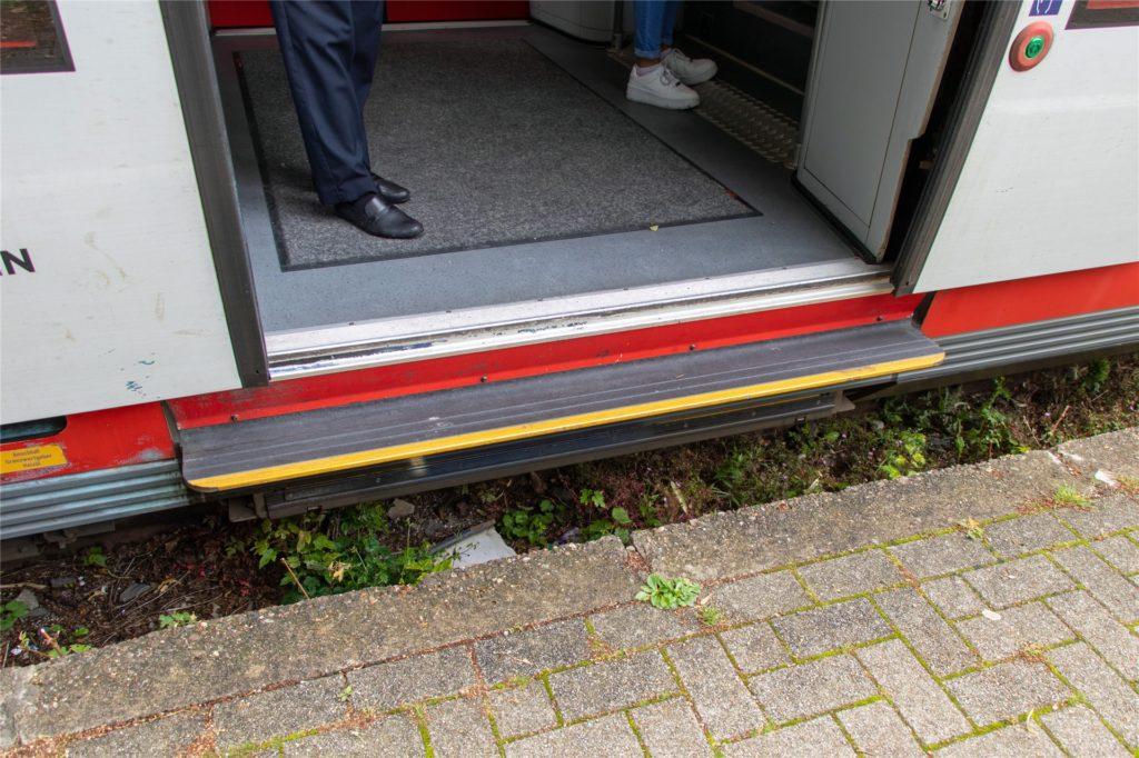 Hier ist der Höhenunterschied zwischen Bahn und Bahnsteig auf dem Bahnhof in Legen deutlich zu sehen.