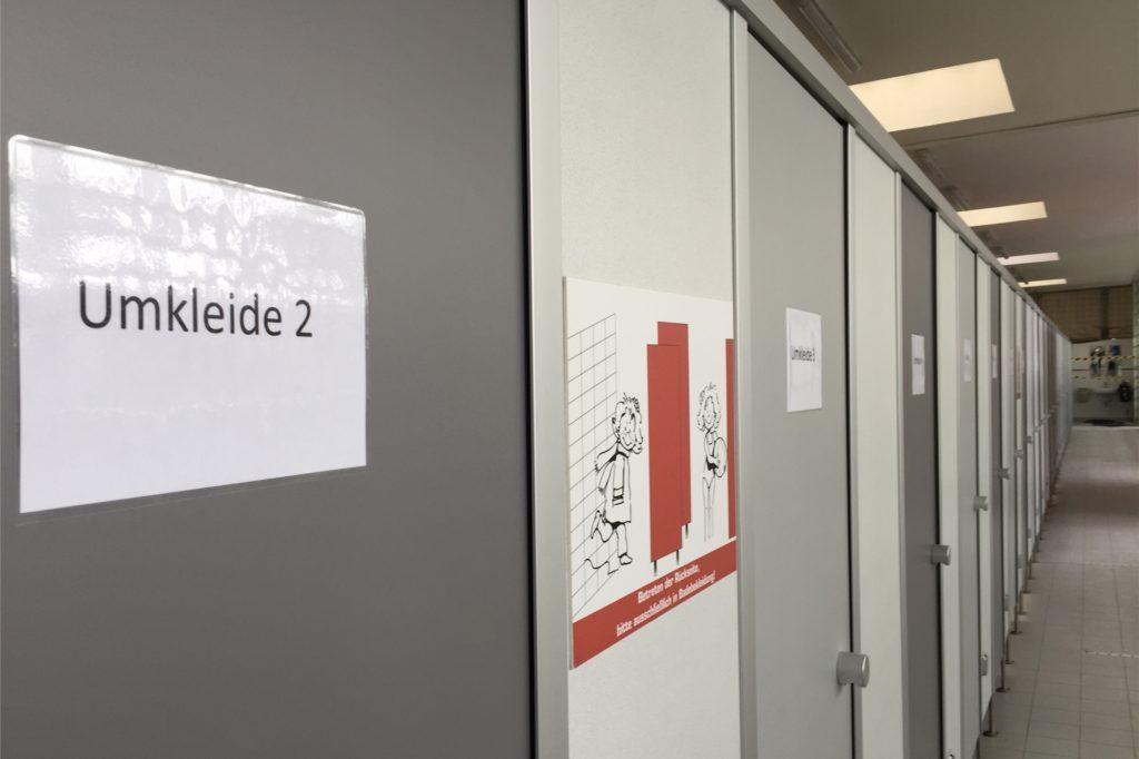 Die Umkleidekabinen haben Nummern. Besucher bekommen quasi mit dem Körbchen am Eingang eine Nummer zugewiesen.