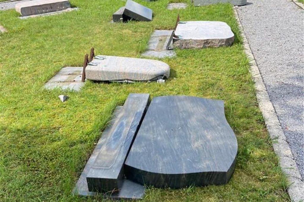 An die 50 Grabsteine wurden umgeschmissen und sind dabei zum Teil stark beschädigt worden.