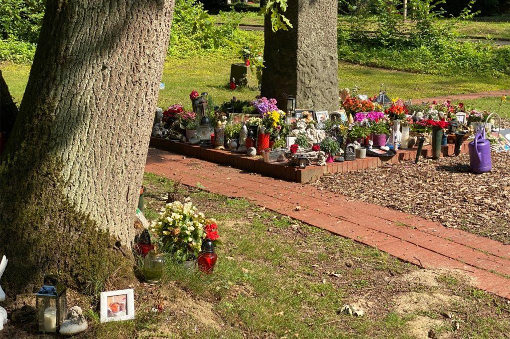 Der Gedenkstein ist bereits voll belegt. Drum herum wurden im Laufe der Zeit immer mehr wilde Trauerstätten geschaffen.