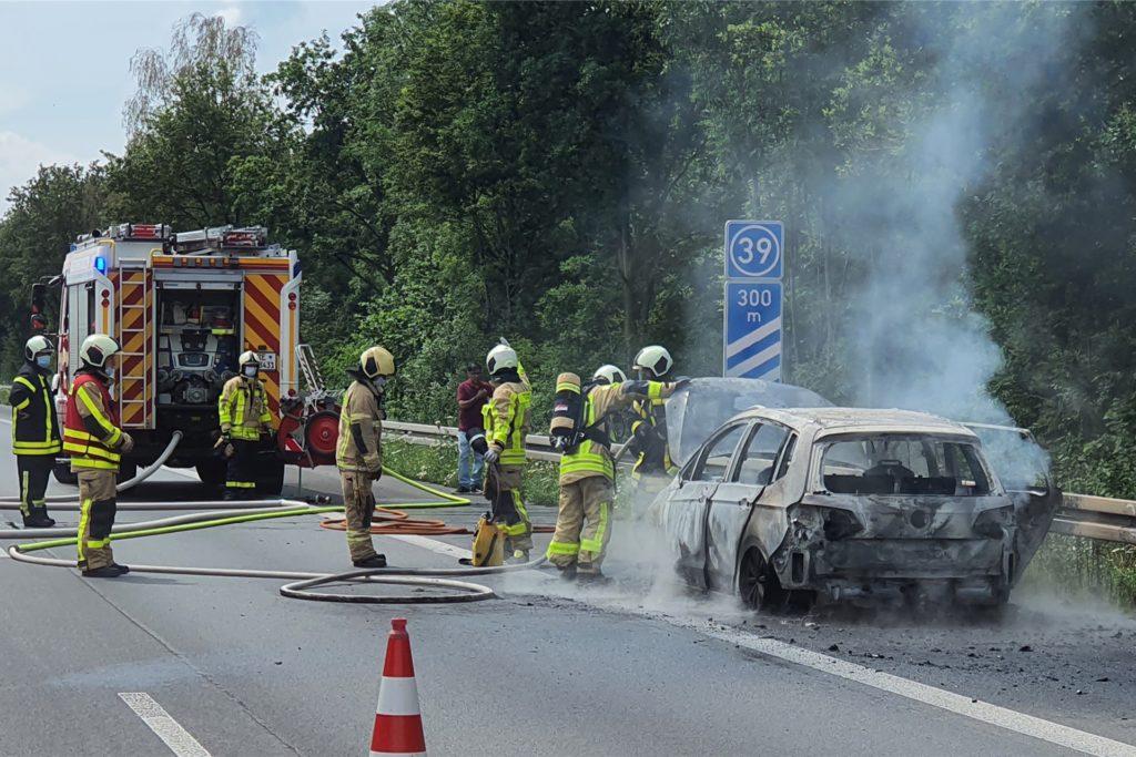 Das war heikel: Die Feuerwehr konnte den brennenden Pkw aber löschen.