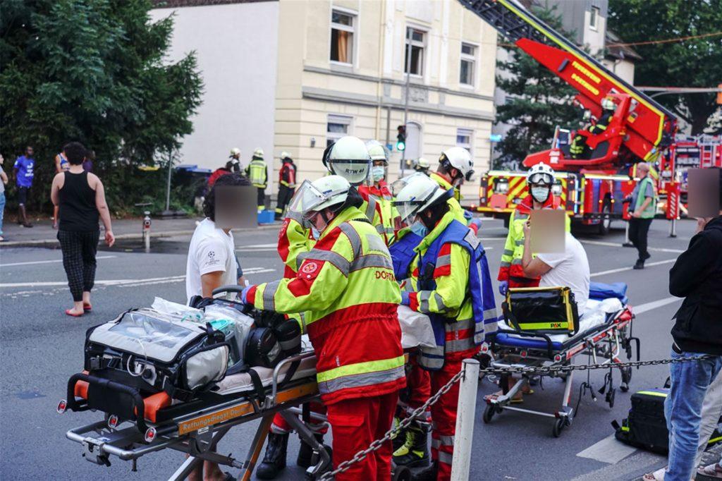 Die Personen, die sich in der brennenden Wohnung befanden, wurden vor Ort vom Notarzt versorgt.