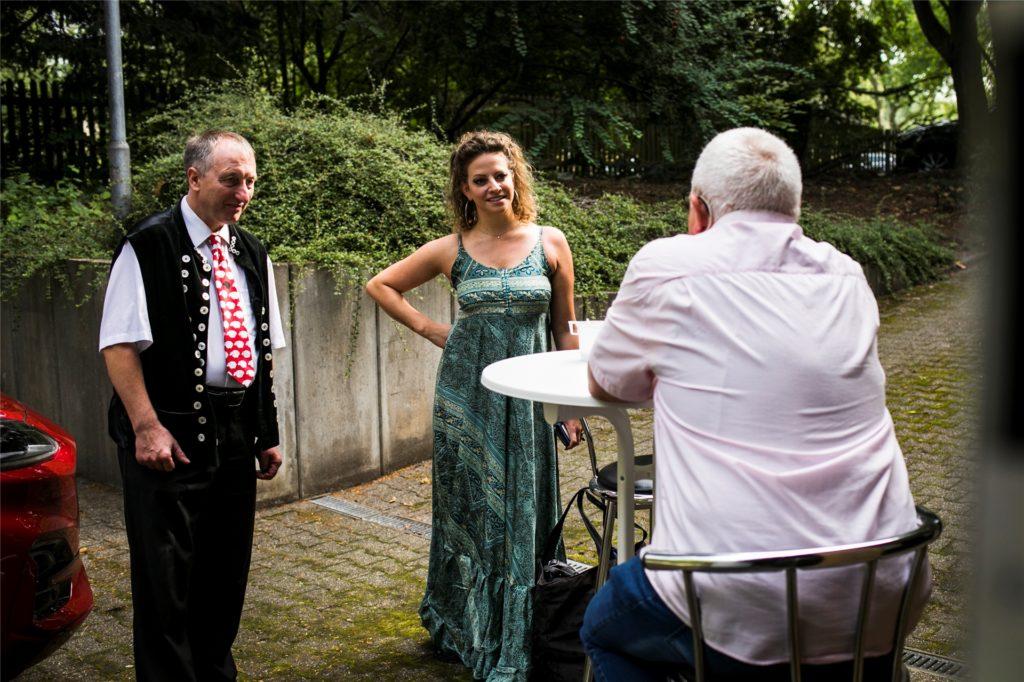 Vor dem Eingang zum Studio empfängt Uwe Kisker seine Gäste Schäfer Heinrich (l.) und Vroni.