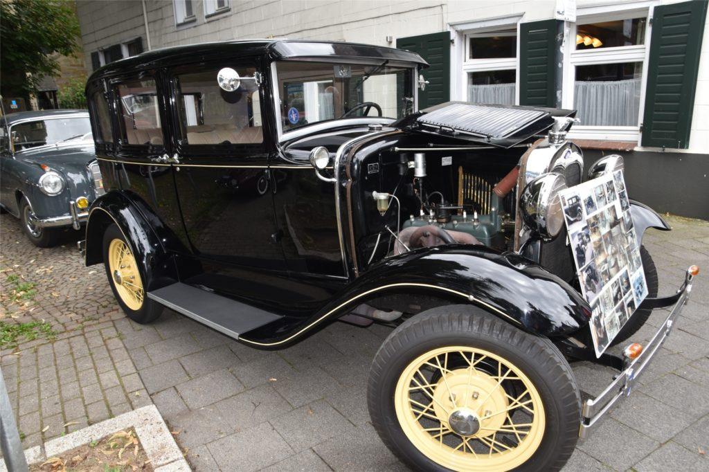 """Der Veteran unter den Veteranen: ein Ford aus dem Jahre 1932 mit Blick in den """"Maschinenraum""""."""