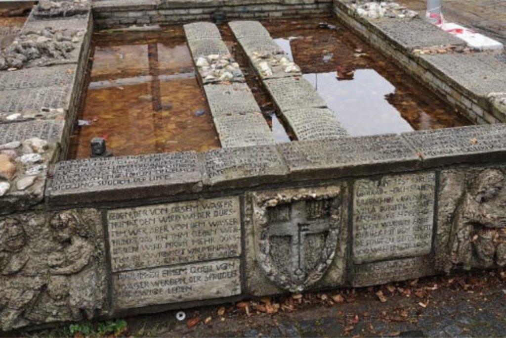 Der Tisa-Brunnen vor dem Abbau: Auf Empfehlung des Kunstbeirats wird er nicht wieder mit den Original-Reliefplatten aufgebaut.