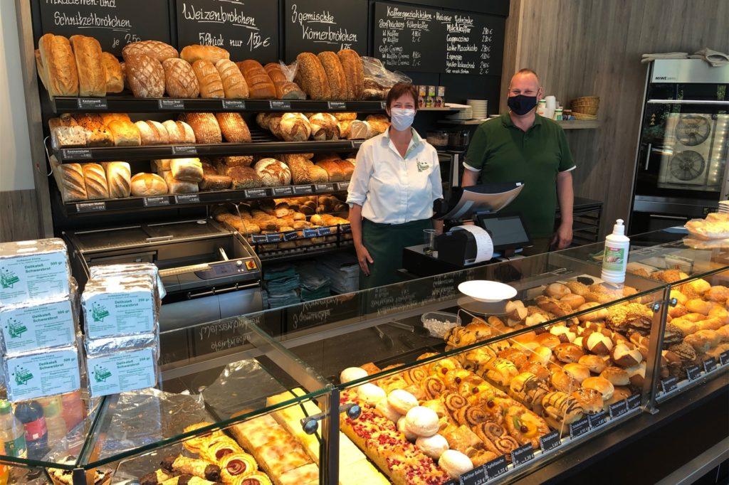 Vor dem Netto-Markt bietet die Dorfbäckerei Eihsing aus Rosendahl ihre Backwaren an. Die Besucher können sich auch an Tischen und Stühlen niederlassen, um etwa einen Kaffee zu trinken.