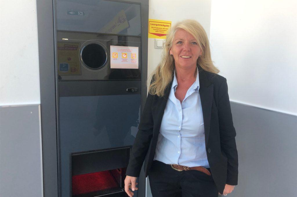 Froh ist Geschäftsleiterin Gabriele Jordan, dass der Leergut-Automat mittlerweile über einen eigenen Eingang erreichbar ist und im Markt keine Schlangen und Gedränge auslöst.