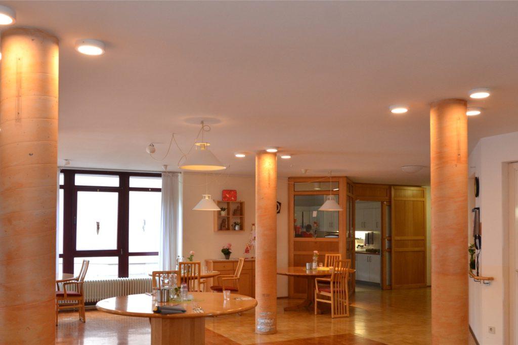 Der Eingangsbereich des Altenwohnhauses St. Sixtus ist durch ein neues Beleuchtungskonzept viel heller geworden.