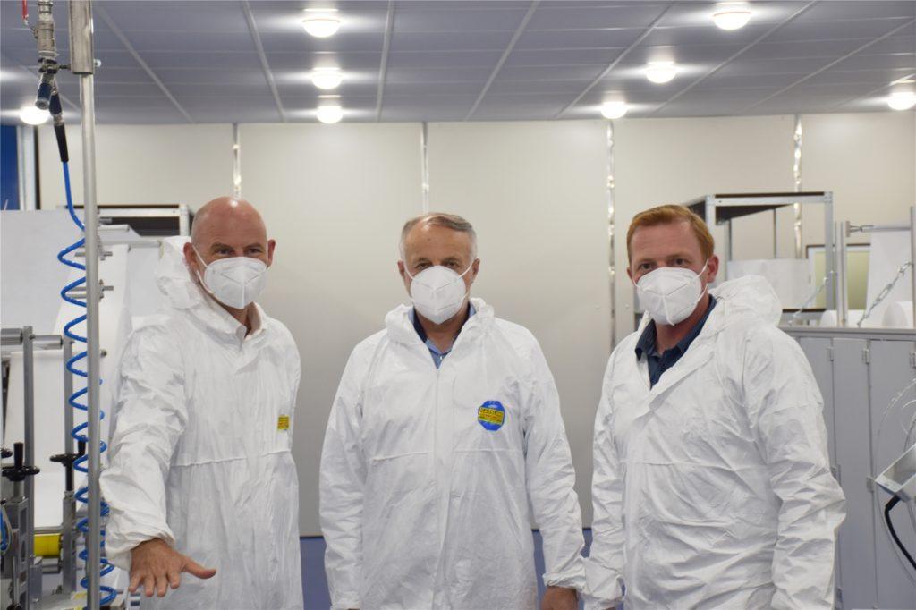 Die ersten FFP-2-Masken trugen beim offiziellen Produktionsstart (v.l.): Bürgermeister Franz-Josef Weilinghoff, Installateur Ludger Gausling und Sergej Ledowski (technischer Leiter FIT).