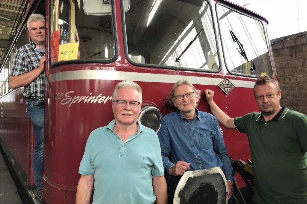 Freuen sich über die Landesförderung für den Schienenbus: Inhaber Rainer Plichta, Hartmut Ulbrich und Manfred Diekenbrock (Vorstand OnWheels) und Denis Möller (Revier-Sprinter-Team).