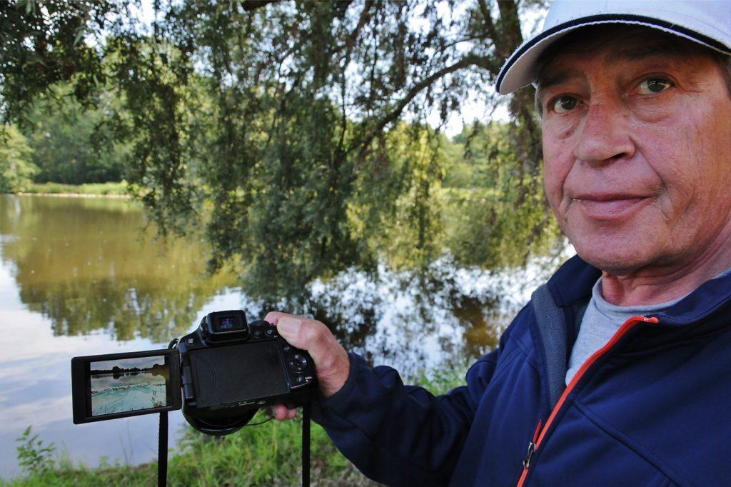 Naturfotograf Josef Freitag aus Vreden ist immer mit der Kamera unterwegs, hier im Jahr 2015.