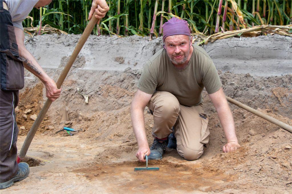 Ausgrabungsleiter Christian Schacht ist mit seinem Team aus Bonn angerückt. Zusammen führen sie unter Fachaufsicht des LWL die Grabungen durch.