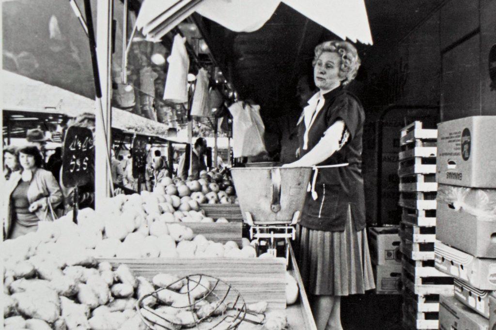 Marktfrau Ursula Hubracht (78), hier etwa im Alter von 35 Jahren, hat nach 57 Jahren auf dem Wochenmarkt aufgehört.