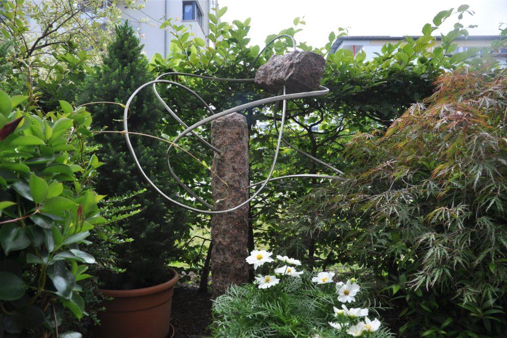 Auch ein Kunstwerk von Wolfgang Schlieker steht auf der Terrasse.