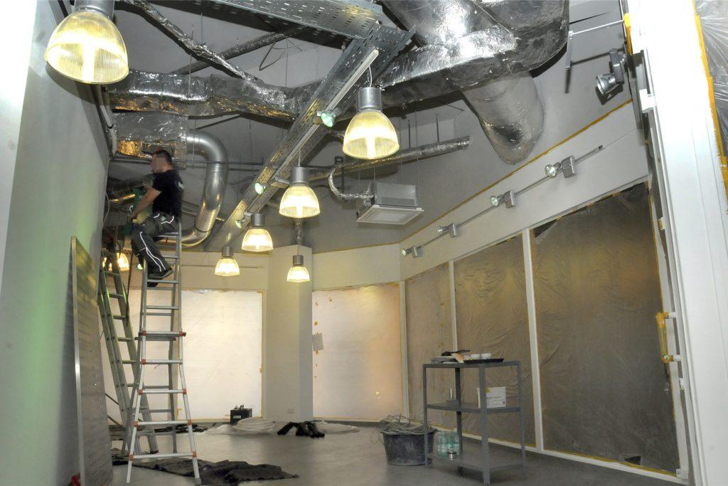 Neuer Boden, neue Lüftung: Durchgreifend renoviert wird das frühere Modegeschäft im City-Center. Im Industrie-Design bleiben die Rohre später bewusst sichtbar.