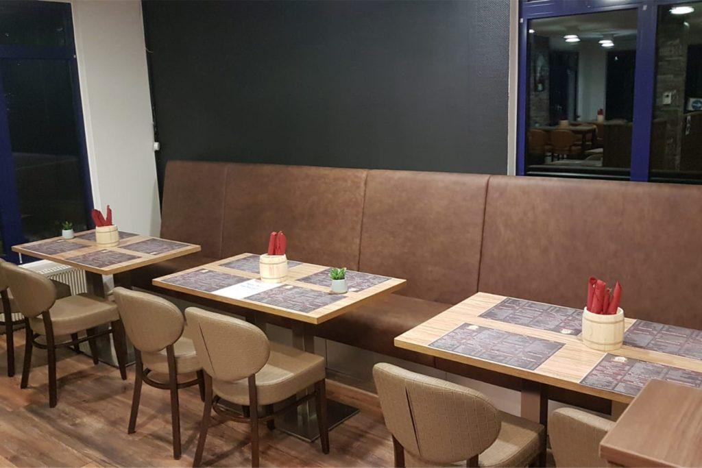 Unter den Coronaauflagen kann Inhaber Alfons Böcker derzeit im Innenbereich jeden zweiten Tisch anbieten.