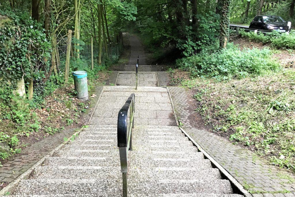 62 Stufen führen Am Schloßberg bergab: Radfahrer können seitlich ihr Rad schieben.