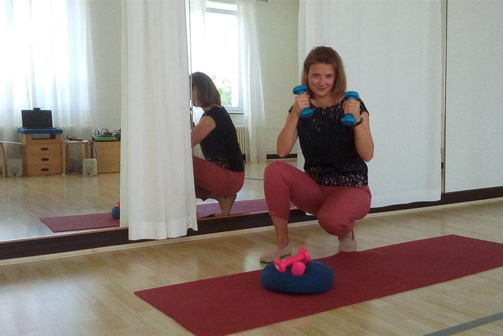 Annika Bruckner-Linnebank demonstriert, wie Online-Kurse im Balou per Laptop (links im Spiegel) den Weg zu den Teilnehmern nach Hause finden.