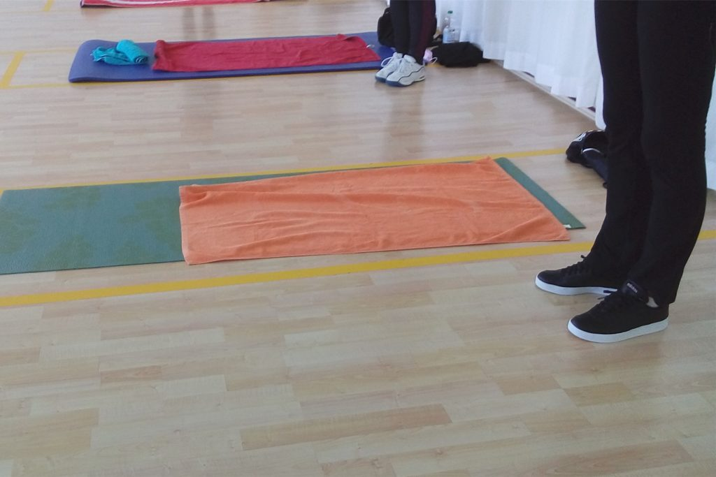 Die Matten der Teilnehmer liegen in fest definierten Vierecken.