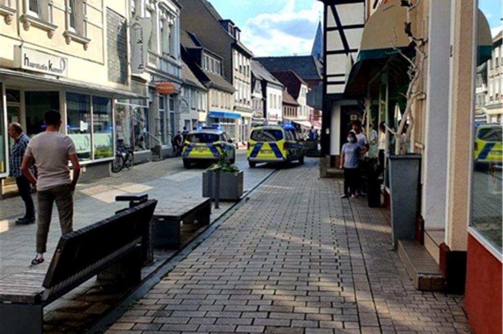 """In der Weststraße war am Mittwoch einiges los. Ein Dieb hatte sich an der Kasse des Geschäftes Halli Galli zu schaffen gemacht, konnte aber von einer jungen Frau geschnappt werden. Die Inhaberin von """"Halli Galli"""" Marion Siebert rief sofort die Polizei. Sie warnt andere Einzelhändler vor dem Diebes-Duo."""