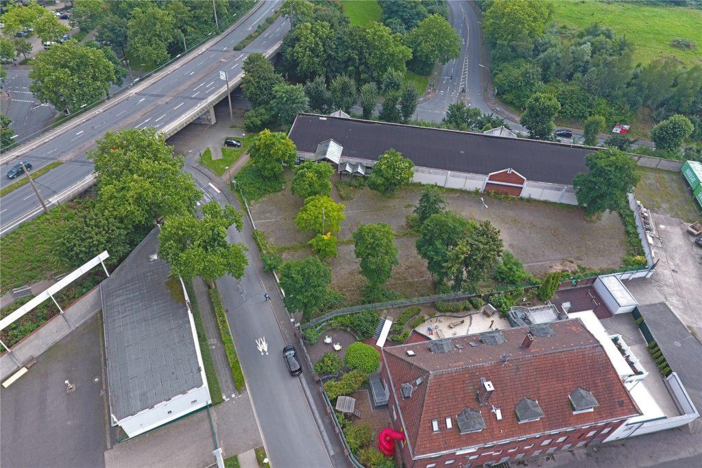 Auf dieser Drohnen-Aufnahme ist der alte langgestreckte Einzelhandelsbau oben gut zu erkennen. Unten rechts im Gebäude ist die Kita Kinderland zu Hause.