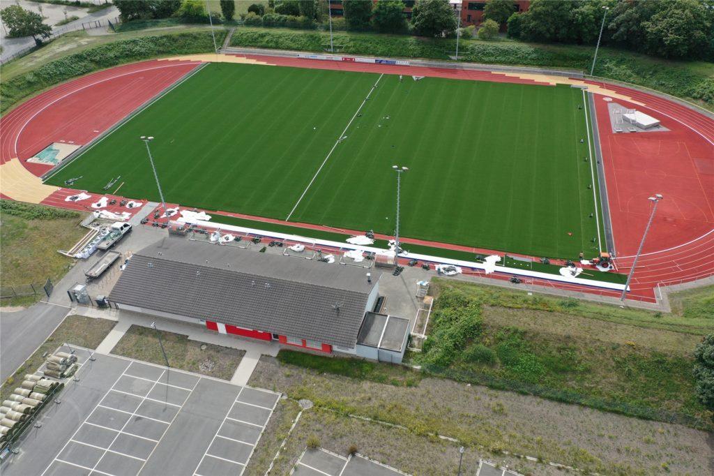 Das neue Kunstrasen-Grün erstrahlt bereits im Stadion an der Bahnhofstraße.