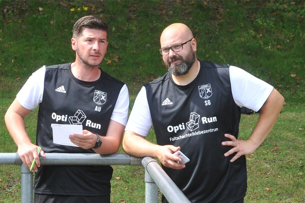 Müssen jetzt längere Auswärtsfahrten ihrer Spieler organisieren: die Wacker-Trainer Aytac Uzunoglu (l.) und Steffen Golob.