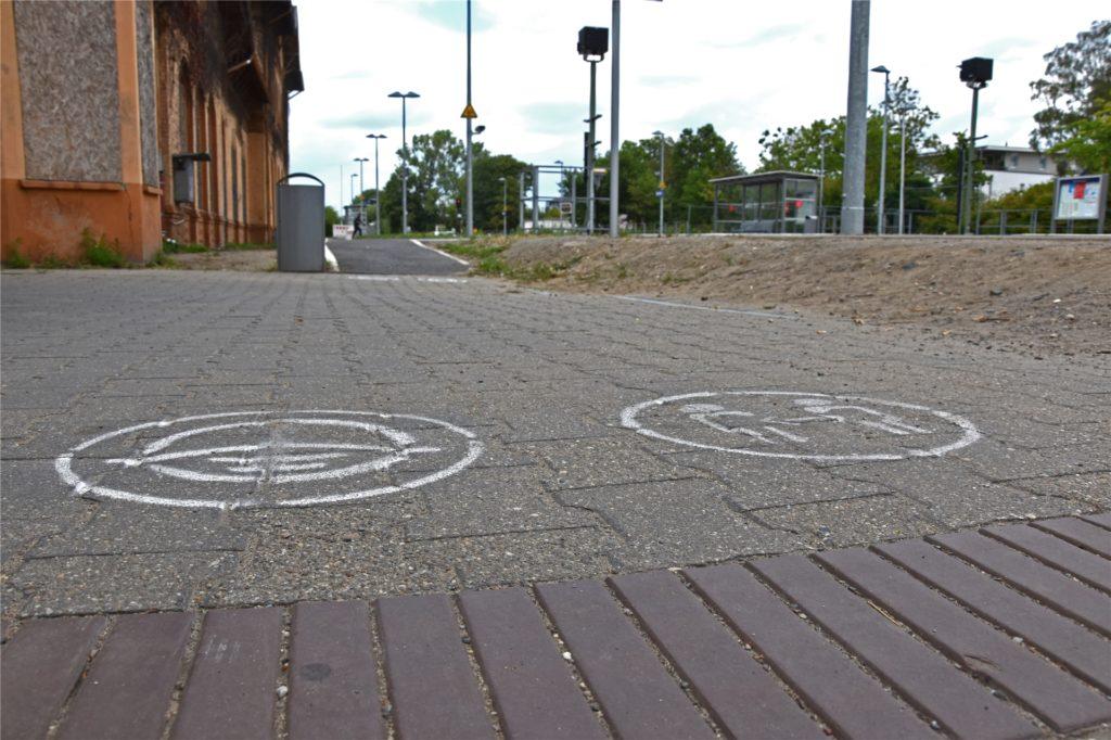 Selbst auf dem Boden weisen Piktogramme auf die Regelungen hin.