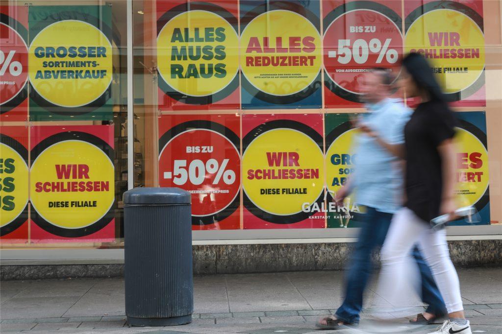 Die Plakate auf den Scheiben von Kaufhof sprechen aus Kundensicht eine deutliche Sprache.