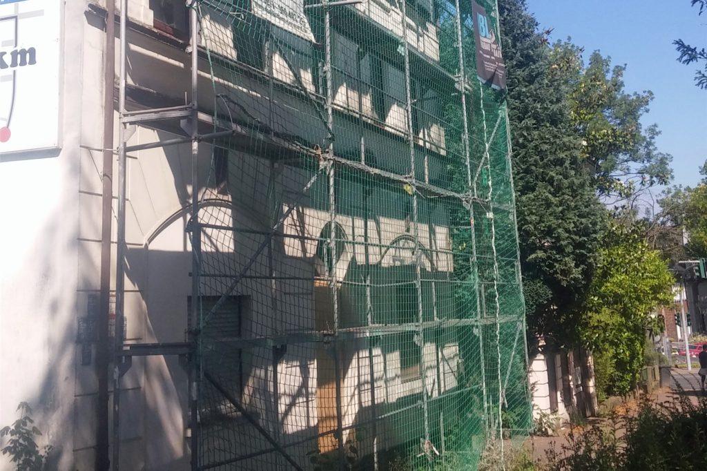 Nachdem schon Steine vom Haus fielen, ist dieses Gammelhaus an der Beethovenstraße mit einem Gerüst und Fangnetzen gesichert worden.