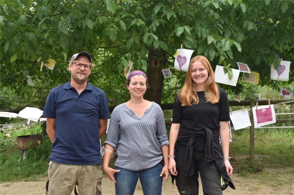 Elmar Schulte-Tigges (v.l.), Besitzer des Lernbauernhofs neben Nadja Fekkak Rau und Jana Rolfsmeier, die den Ferienkurs geleitet haben. Im Hintergrund hängen die Bilder der Kinder.