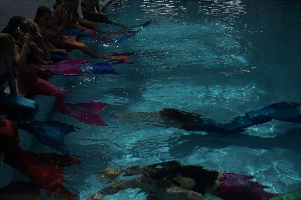 Im Mehrzweckbecken lernen die jungen Meerjungfrauen das Tauchen mit Monoflossen.