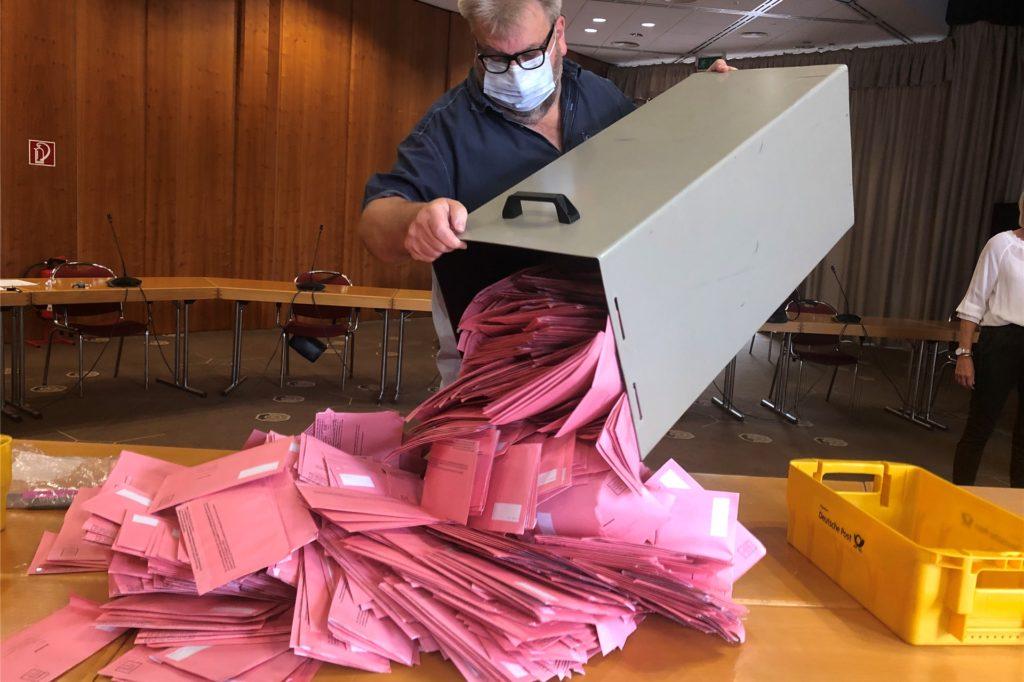 Mit einem Schwung leerte Verwaltungsmitarbeiter Michael Leisten eine der Wahlurnen über einem Tisch aus.