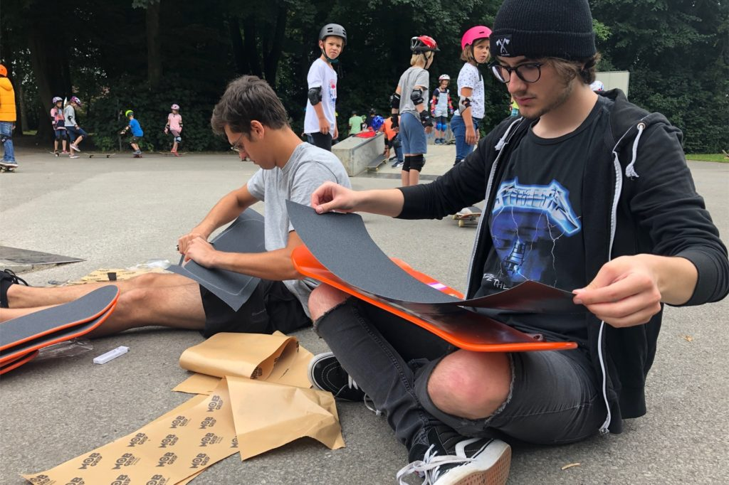 Vor dem Fahren wurden zunächst die Boards zusammengeschraubt, die die Kinder später mit nach Hause nehmen konnten.