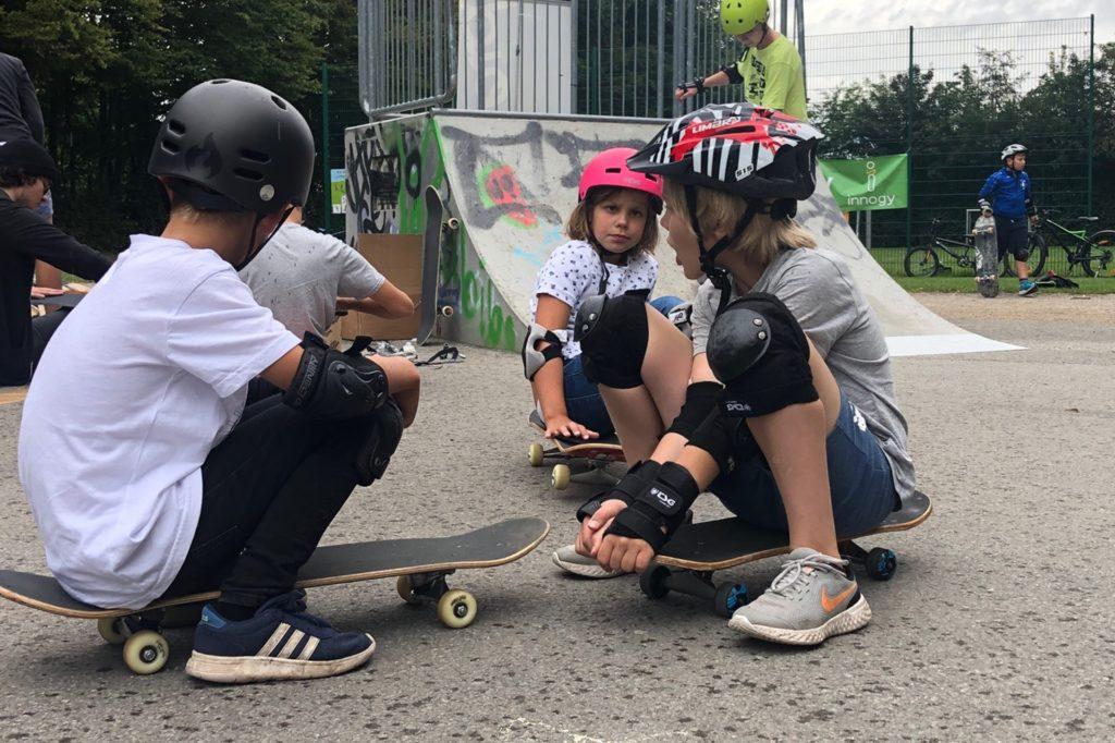 Auch als Sitzgelegenheit eignen sich die Skateboards.