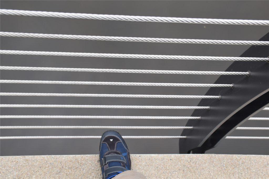 An den Seiten der Brücke kann man unter dem Geländer über den Rand treten.