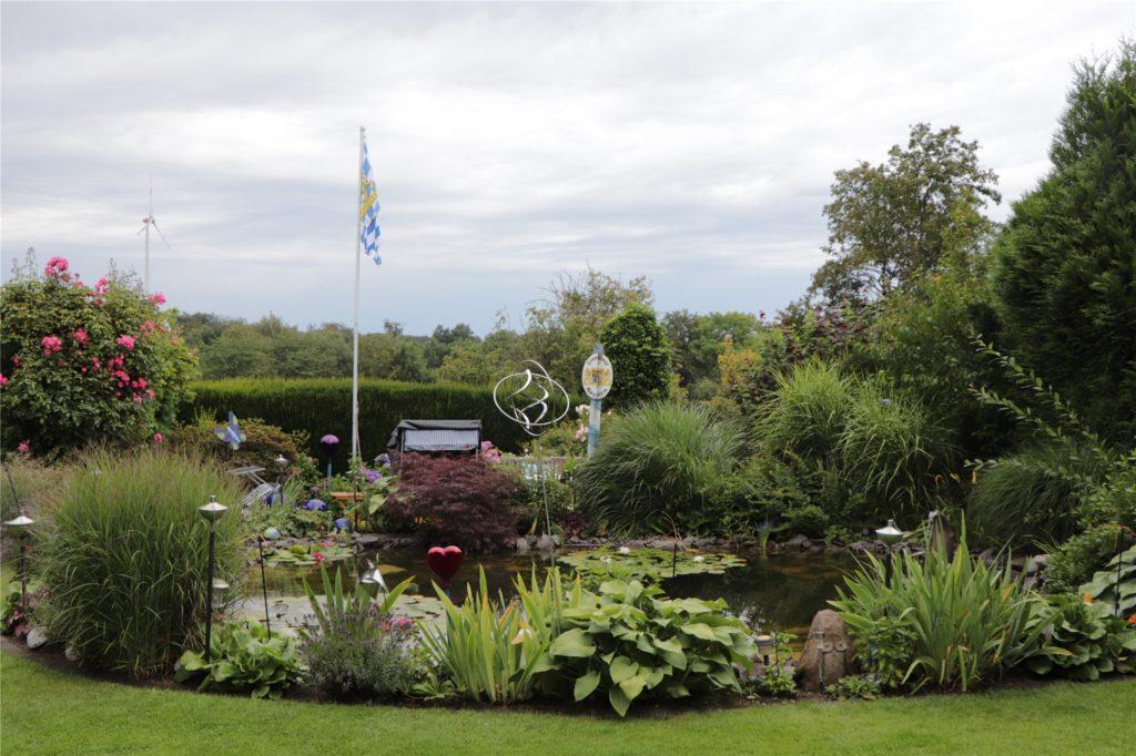 Der Blick auf den Teich: Er ist das Herzstück des Gartens.