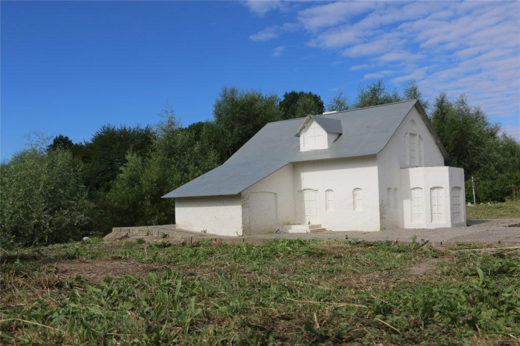 Die fast hüfthohen Miniatur-Häuser an der Seseke im Maßstab 1:10. Aus der Froschperspektive sieht es aus wie ein richtiges Haus.