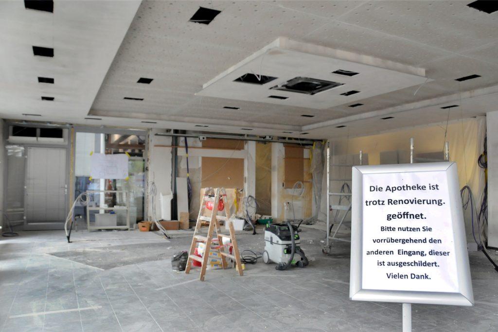Komplett umgebaut und modernisiert wird der Verkaufsraum der Aesculap-Apotheke Am Ostentor. Dabei wird der Platz für die Kunden vergrößert.