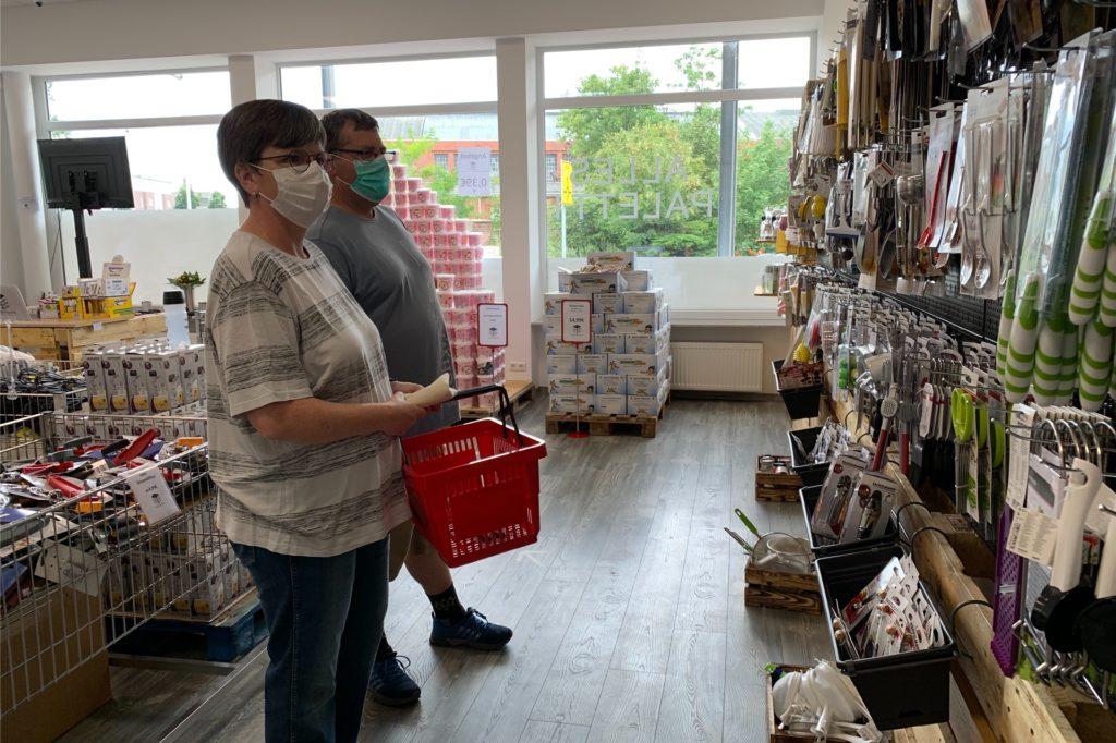 """Kunden mustern interessiert die Haushaltshelfer, die im """"Alles paletti"""" angeboten werden."""
