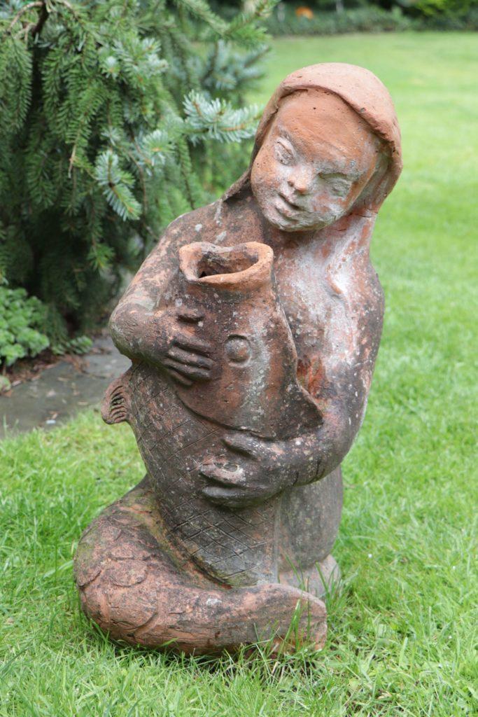 Diese Tonfigur hat Siegrid Witte während ihrer Schulzeit selbst angefertigt. Nun ziert sie ihren Garten.