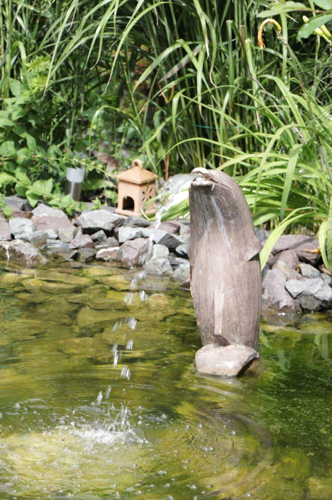 Der Delfin-förmige Wasserspeier ist ein Hingucker im Teich der Wittes.