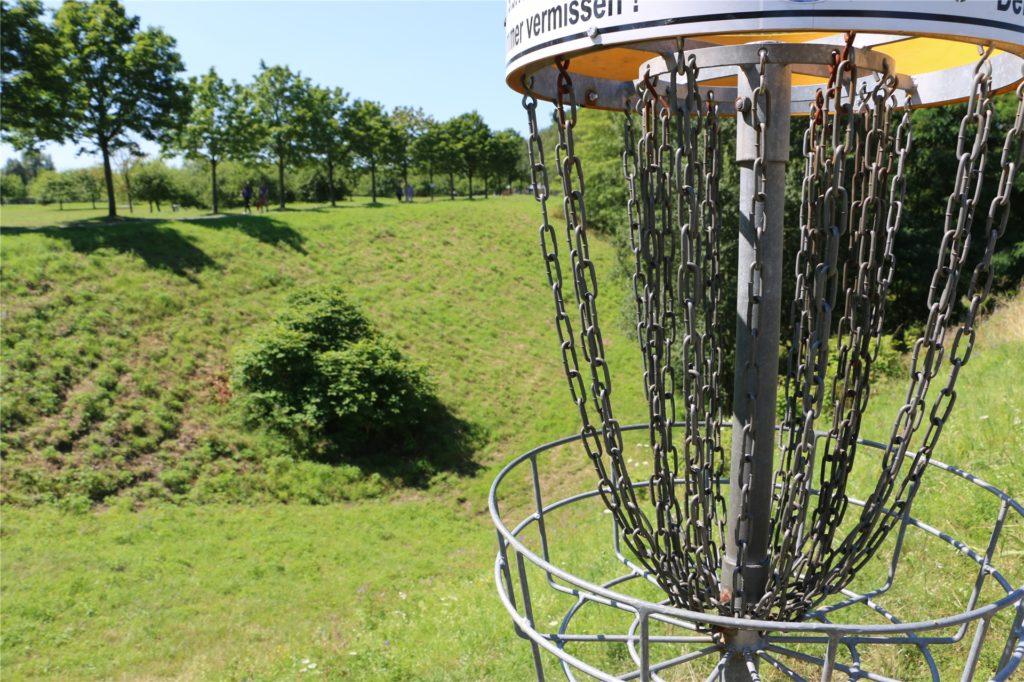 Eine weitläufige Frisbee-Golf-Anlage, frei zugänglich, ist kurz vor dem Horstmarer See zu finden. Wer eine fliegende Scheibe auf dem Gepäckträger hat, kann dort eine sportliche Pause vom Radfahren einlegen.