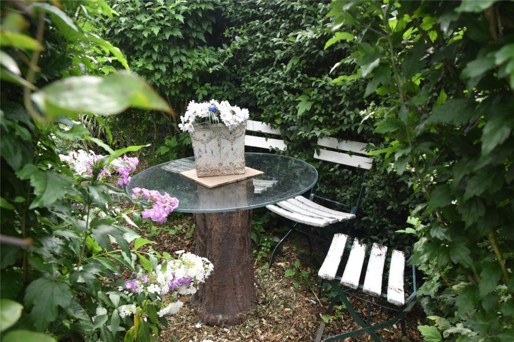 In der Ecke stehen die Stühle aus dem Westfalenpark und der zu einem Tischfuß umfunktionierte Baumstamm.