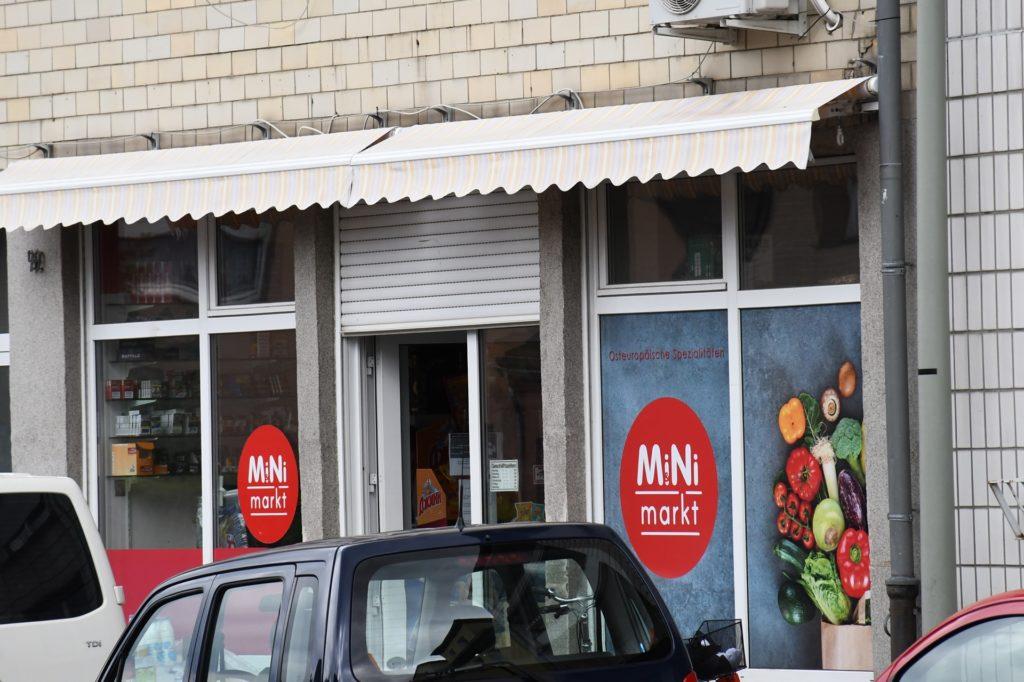 Schräg gegenüber vom neuen Ladenlokal ist schon ein Mini-Markt. Er wird umziehen, sobald das neue Geschäft fertig ist.