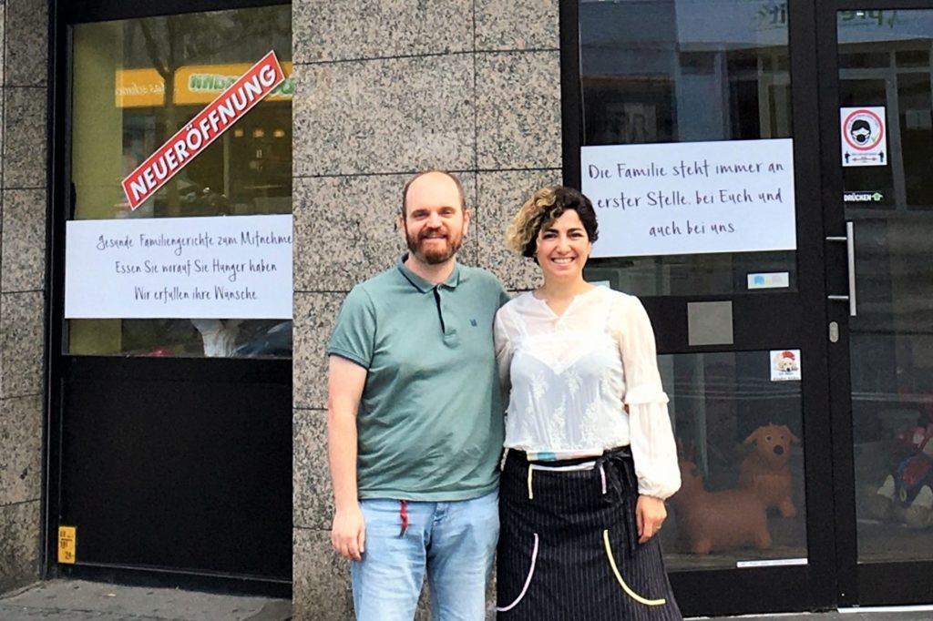 Pinar Kum und Partner Christian Werner vor dem neuen Familiencafé.