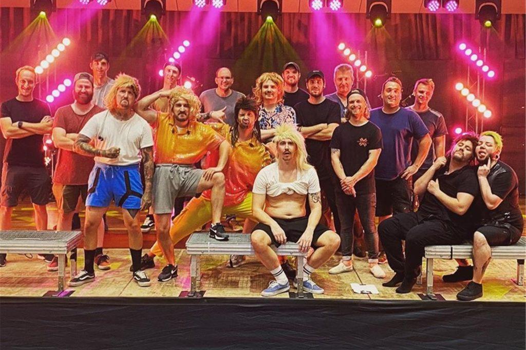Eskimo Callboy gemeinsam mit der Crew. Das rund einstündige Live-Video zum Wacken World Wide wurde wenige Tage vor der Ausstrahlung in der Castrop-Rauxeler Europahalle aufgezeichnet.