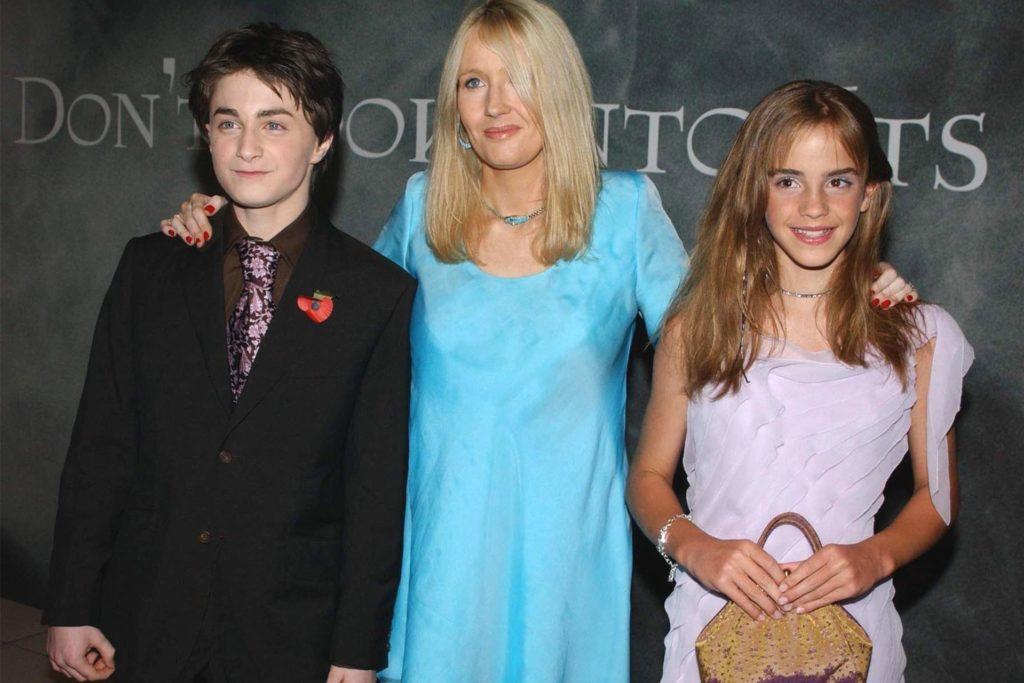"""Daniel Radcliffe, J.K. Rowling (Mitte) und Emma Watson posieren bei der Premiere des Films """"Harry Potter und die Kammer des Schreckens"""" im November 2002 in London. (Archivbild)"""