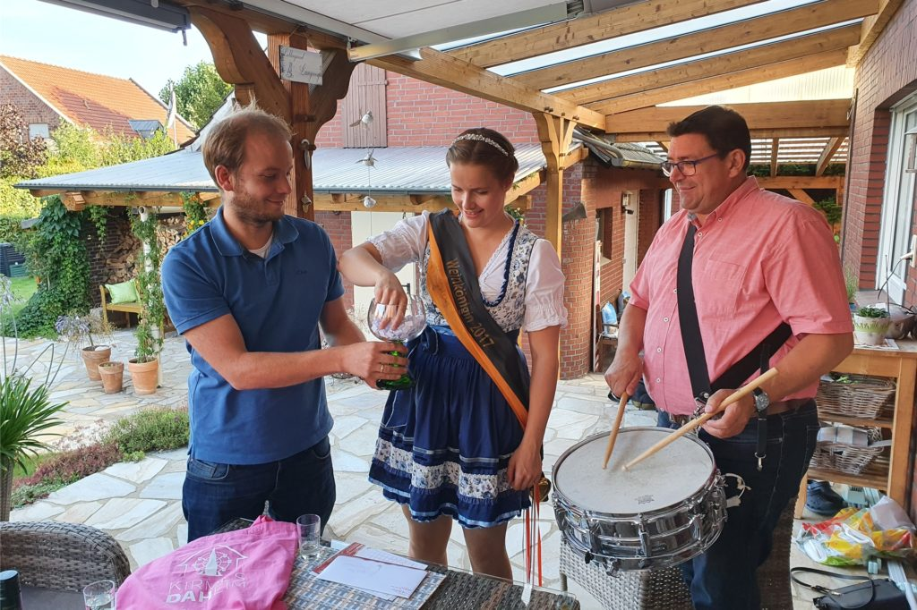 Mit Unterstützung von Simon Handrup (l.) und zum Trommelwirbel von Martin Weiß, zieht Weinkönigin Sina Oesteroth die Gewinnerin.