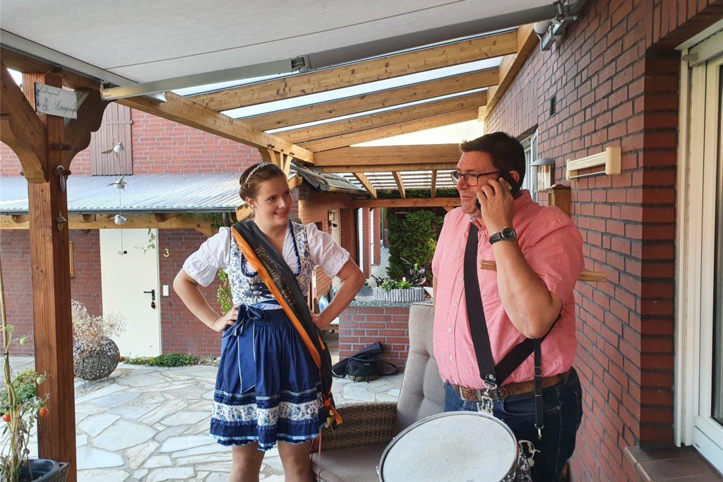 Martin Weiß, Vorstandssprecher der Kolpingsfamilie Ascheberg, informiert die Gewinnerin des Verwöhn-Wochenendes.